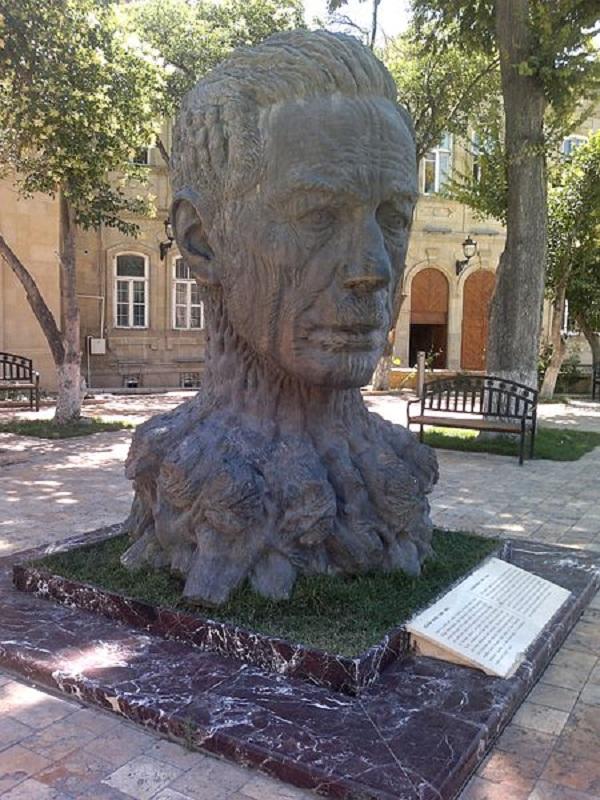 Памятник Алиаге Вахиду в Ичеришехер